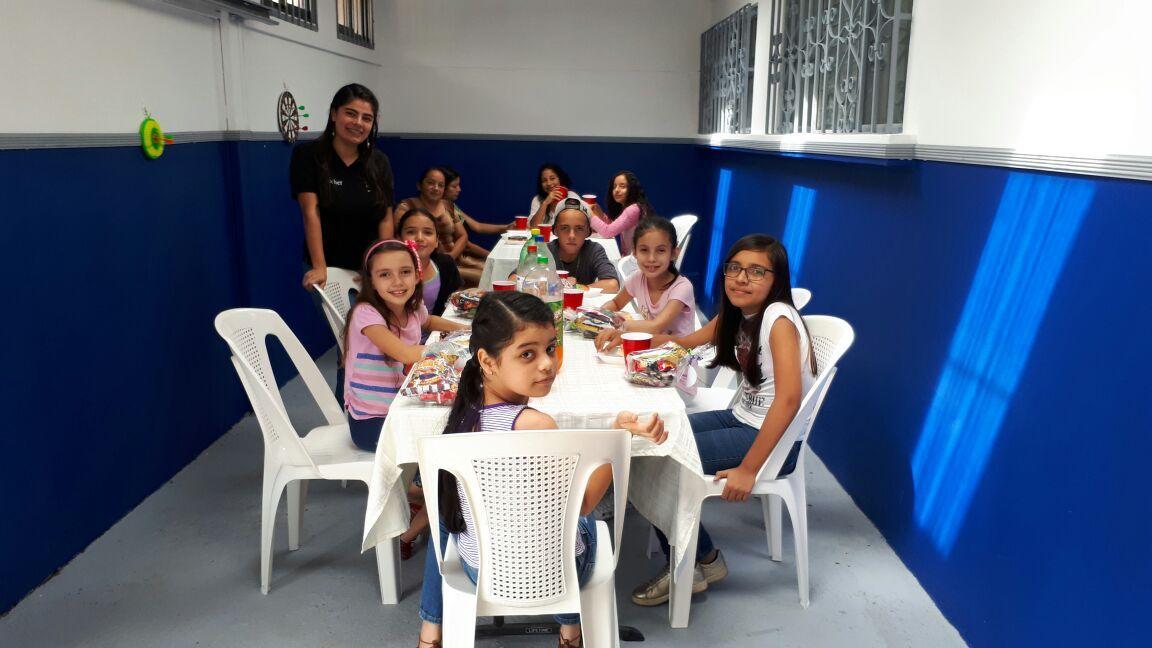 profesoras compartiendo con sus estudiantes en la sede ciudad quesada